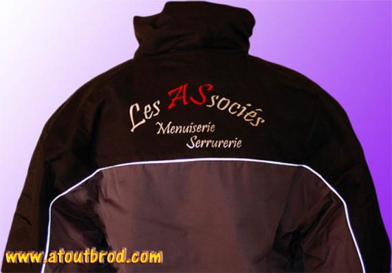 Logo SARL LES ASSOCIES floqué sur des parkas par ATOUT BROD ( vêtement, marquage textile, Toulouse, Mondonville